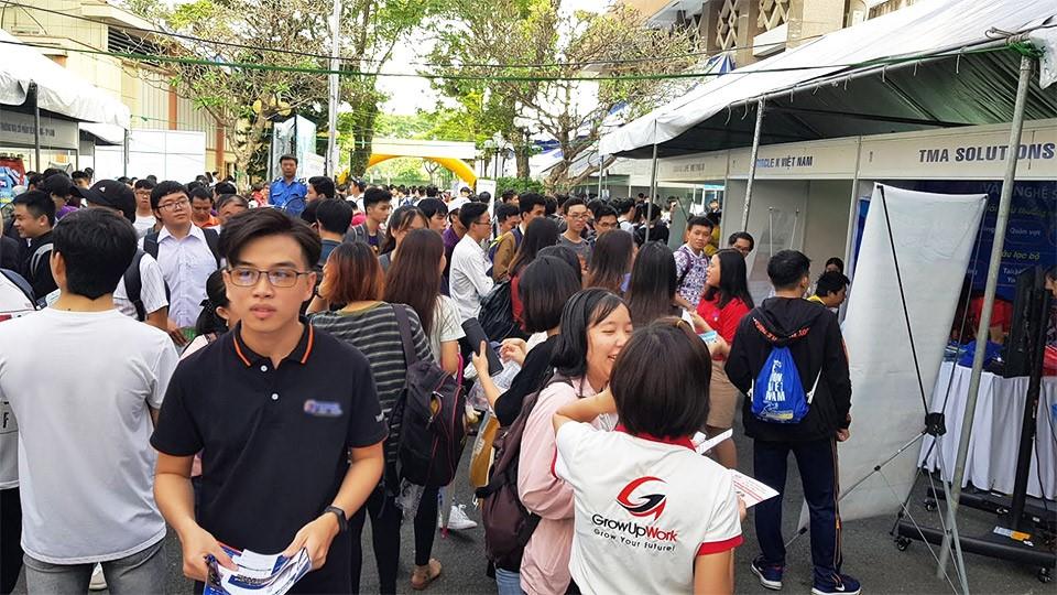 キャンパスは学生や企業の参加で賑わっていた